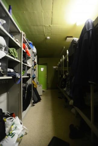 Links im Zimmer hat's Platz für Habseligkeiten. Rechts schlafen vier Personen auf drei Etage. Platz böte der Massenschlag für deren 24.