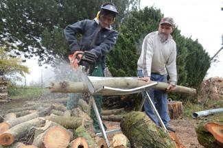 Hamid aus Afghanistan schneidet unter der Aufsicht von Voarbeiter Ali Holz zu.