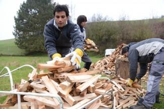 Aduhail aus Afghanistan verlädt das gespaltene Holz in den Handwagen.